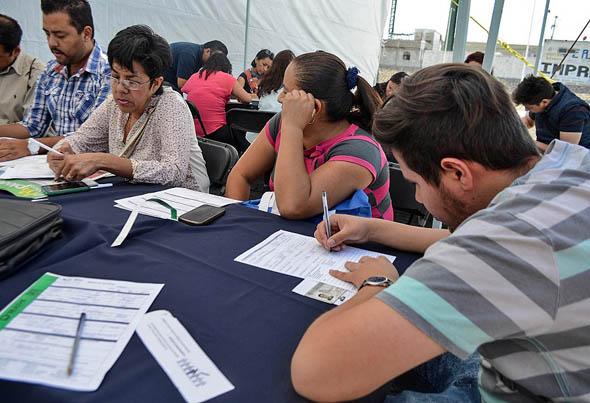 Personas buscan un segundo empleo en México