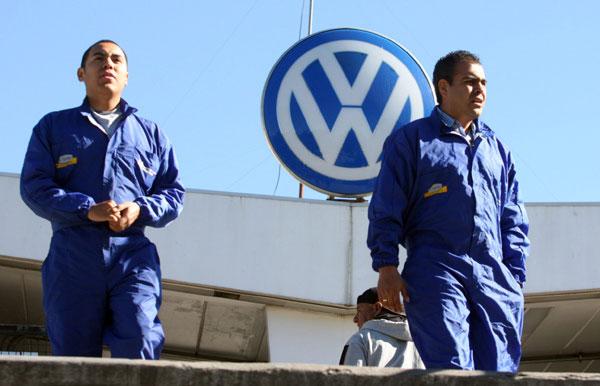 Piden trabajadores de VW 15% de aumento salarial