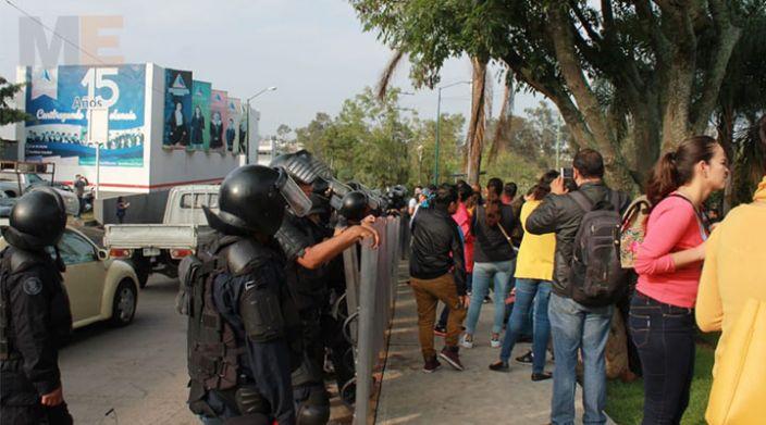 Policías de Michoacán contienen manifestación del SNTE