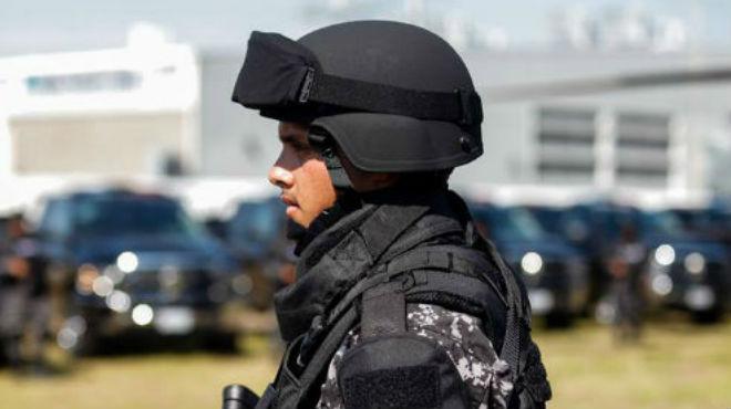 Policías pagan más a los recién egresados