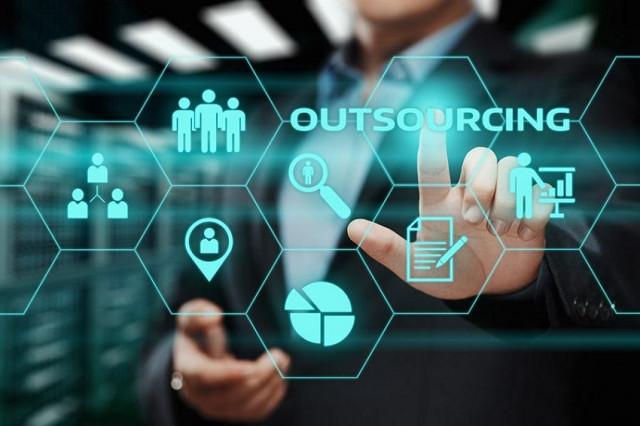 Presume Gobierno operativos contra outsourcing y golpes al salario