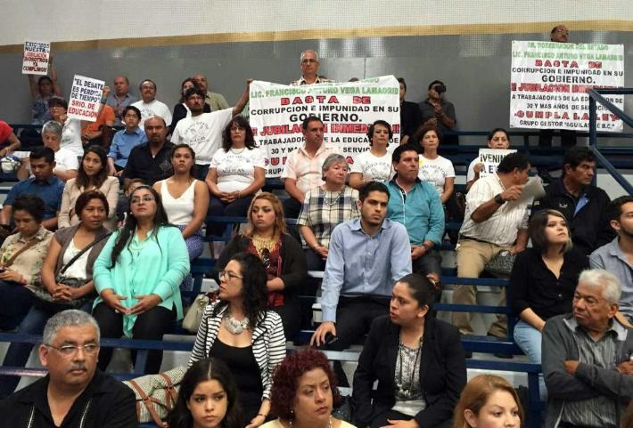 Protestan por retención de pensiones equivalente a 300 millones de pesos a maestros