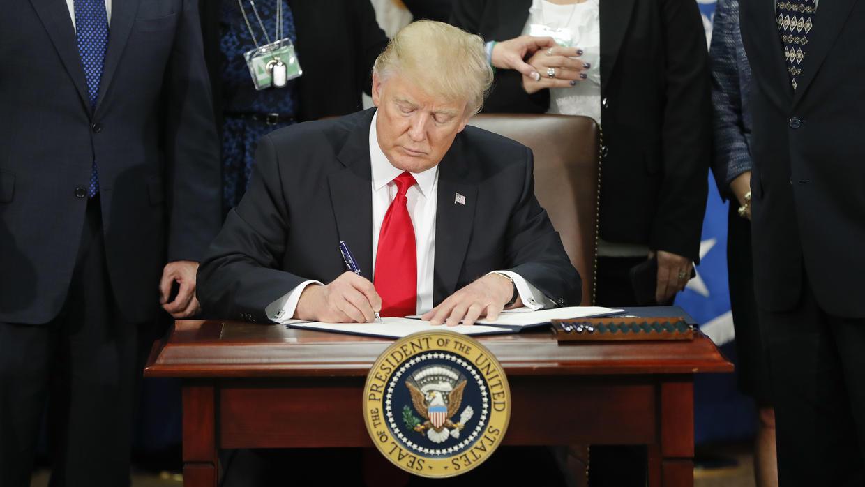 Quiere Trump revisión laboral de migrantes