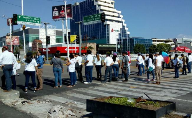 Regresan bloqueos viales en Villahermosa por falta de pagos