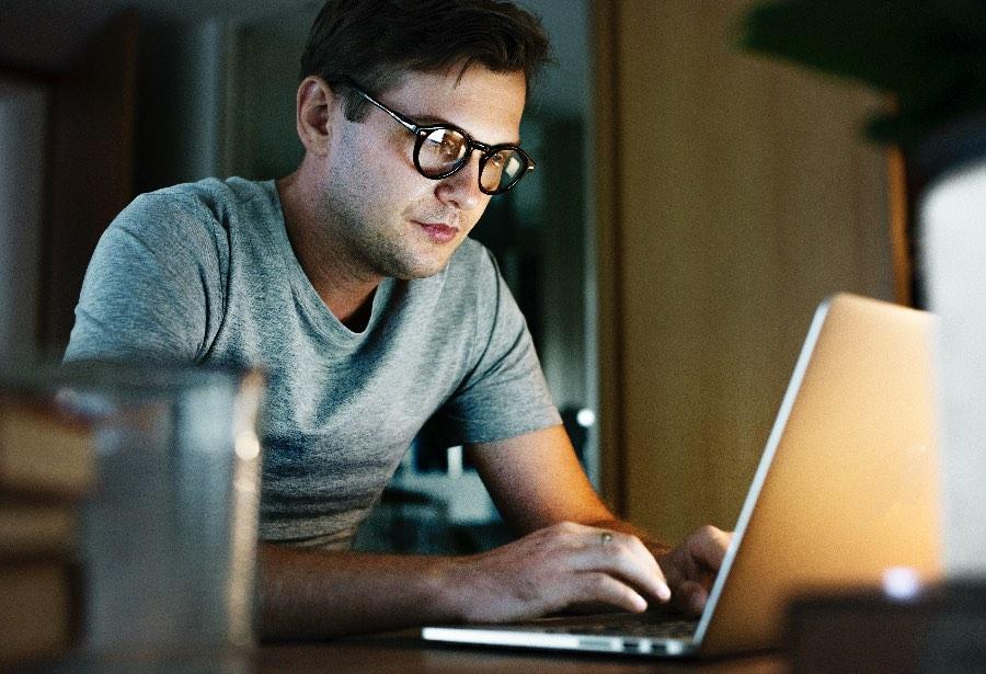 ¿Se deben pagar horas extras al hacer home office?