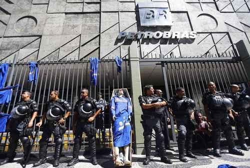 Se van 12 mil empleados de Petrobras