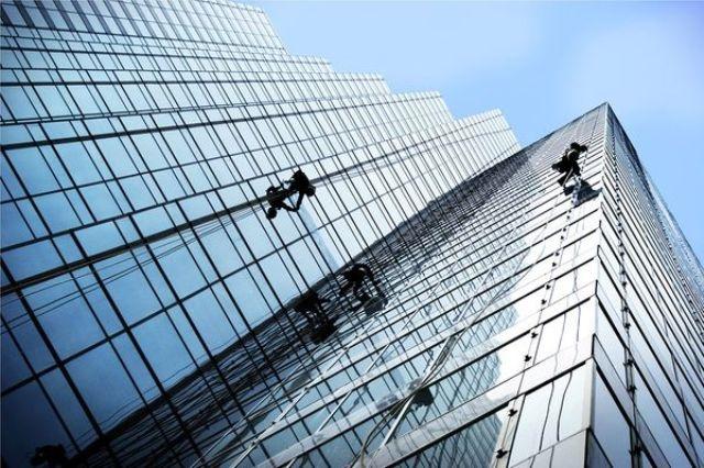 Seis mil trabajadores que limpian los rascacielos trabajan en la irregularidad