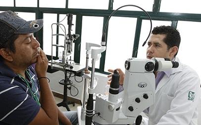 Sin parar, médicos del IMSS hacen 14 cirugías de vista por hrs. en 4 días