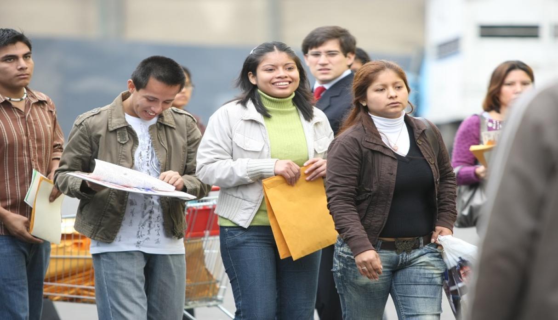 Sube desempleo en jóvenes, pese al programa de AMLO