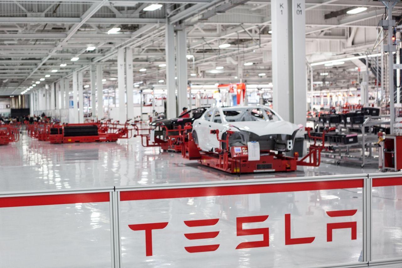 Tesla anuncia que eliminará 500 empleos en California
