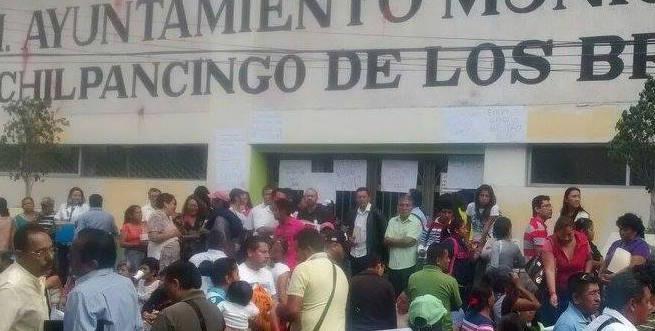 Toman trabajadores Alcaldía de Chilpancingo
