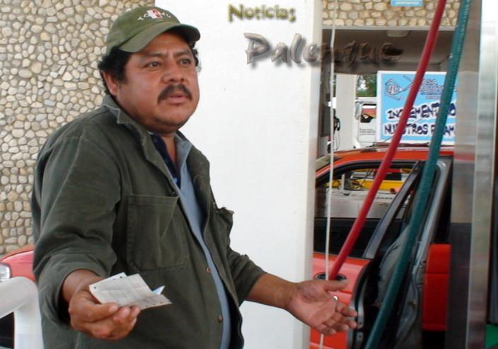 """Trabajadores de gasolineras sin salarios y """"pagan derecho de piso"""""""