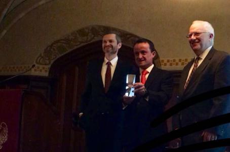 Universidad de Chicago premia al titular del IMSS
