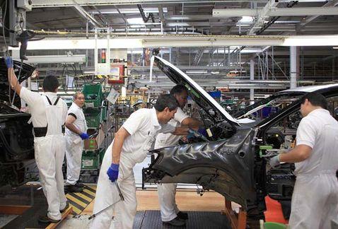 VW frena recontratación de mil trabajadores en Puebla