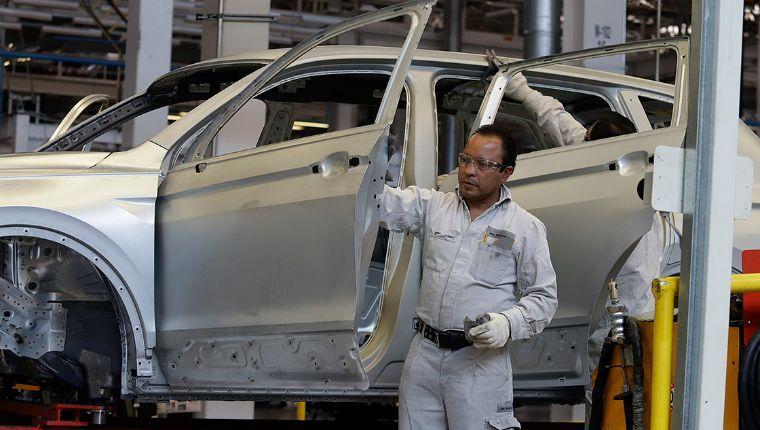 VW y sindicato pactan regreso a planta a pesar del  rechazo del Gobierno