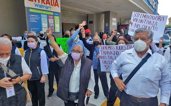 Adultos mayores protestan en corporativo de Walmart para recuperar empleo