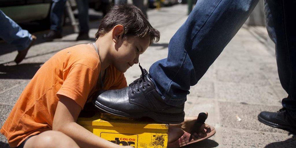 Baja número de niños y adolescentes trabajando