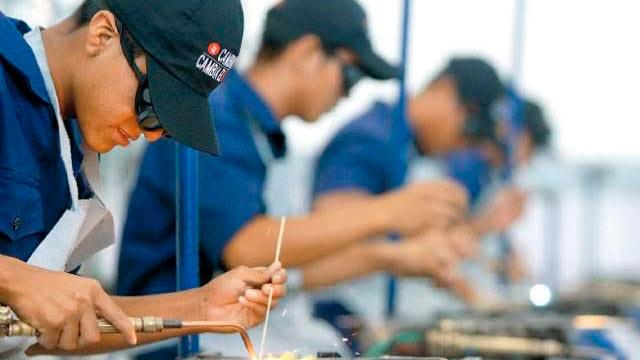 Becarios del programa jóvenes con futuro no afiliarán a familia al IMSS