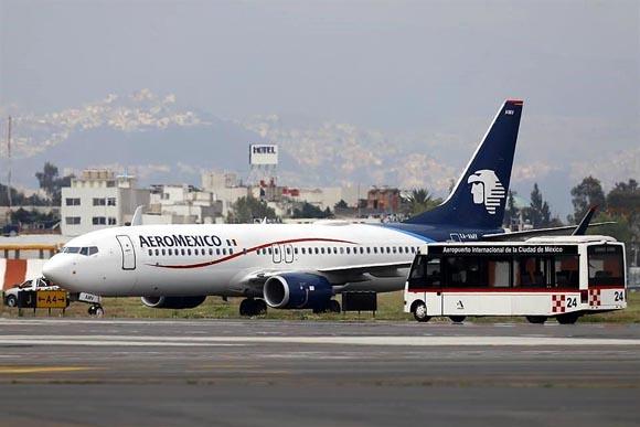 Busca Aeroméxico quitar pagos a sobrecargos