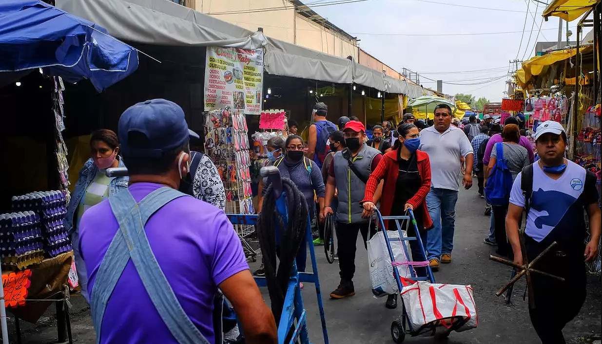 ¿Cómo fue el día 1 de la 'nueva normalidad'? Se llenaron los tianguis, calles y mercados