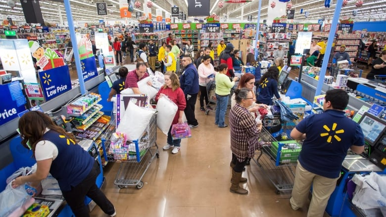 Contrata Walmart a más por alta demanda.