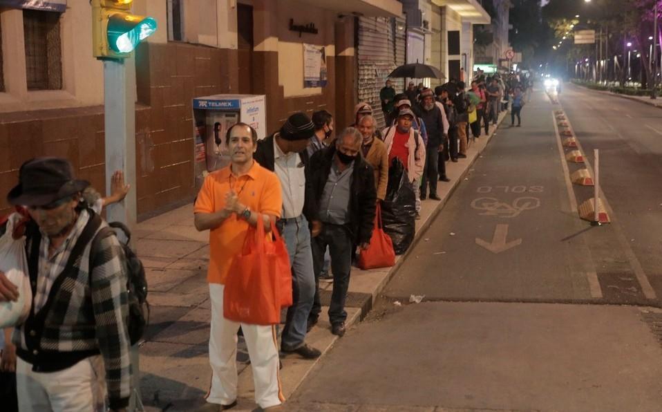 Hacen fila para conseguir comida ante crisis por covid-19 en CDMX