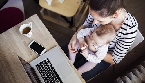Madres disfrutan a sus hijos, pero sufren el home office