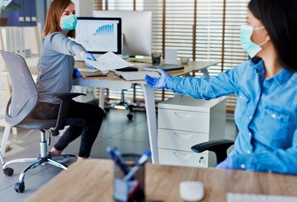 'No te me acerques': empresas en EU colocan sensores a empleados para que guarden sana distancia