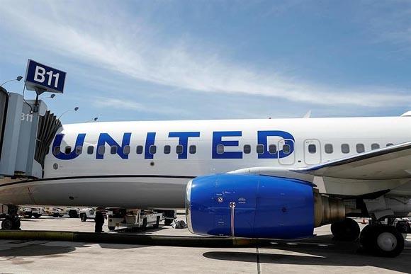 Pactan pilotos de United Airlines recorte salarial