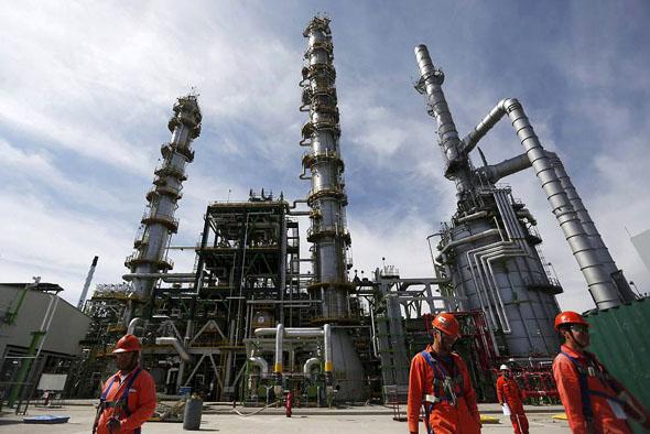 Pemex busca recortar el número de trabajadores en sus refinerías: documento interno