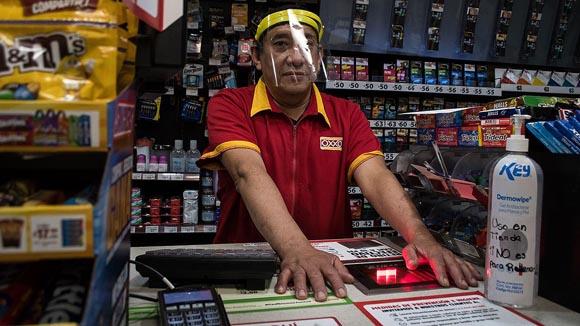 Proponen salario de cajeros bancarios a empleados del Oxxo y 7-Eleven