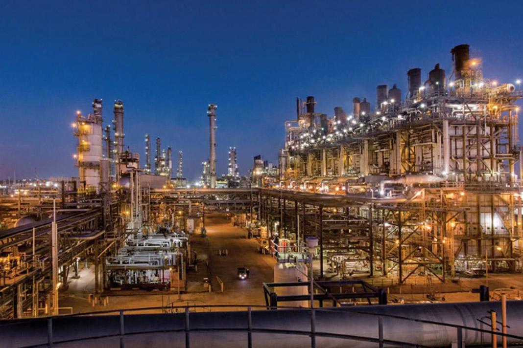 Recortes de salarios a los de arriba para rehabilitar refinerías