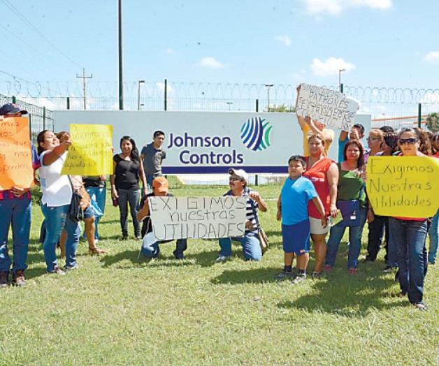 Retiene Johnson Controls salario a 800 familias